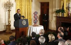 El presupuesto fiscal 2016 del presidente Barack Obama impondría un impuesto excepcional de un 14 por ciento a unos 2 billones de dólares de ganancias no gravadas obtenidas en el exterior por compañías estadounidenses, y usaría el dinero para financiar proyectos de infraestructura, dijo un funcionario de la Casa Blanca. En la imagen, Obama en la Casa Blanca en Washington el 30 de enero de 2015. REUTERS/Larry Downing