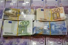 El Banco Nacional Suizo, que el mes pasado abandonó el techo de apreciación que había fijado para el franco, está apuntando de manera no oficial a un tipo de cambio de entre 1,05 y 1,10 francos por euro, informó el domingo un periódico suizo citando a fuentes cercanas al banco. En la imagen, billetes de francos suizos y euros en una foto tomada en la ciudad bosnia de Zenica, el 26 de enero de 2015.  REUTERS/Dado Ruvic