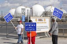 Члены профсоюза USW проводят пикет у НПЗ Shell Oil Deer Park Refinery в Техасе. 1 февраля 2015 года. Цены на нефть снижаются, потому что трейдеры фиксируют прибыль после роста котировок на прошлой неделе, а американские профсоюзы предложили провести забастовки на нескольких НПЗ. REUTERS/Richard Carson