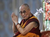 """China dijo el lunes que se oponía a que otros países mantengan encuentros con el Dalai Lama """"en ninguna forma"""", después de que la Casa Blanca señalara que el presidente Barack Obama asistiría a un encuentro en Washington con el líder espiritual tibetano en el exilio, al que Pekín tilda de separatista.  En la imagen, el Dalai Lama durante una sesión de enseñanza en Mundgod, en el estado indio de  Karnataka, el 23 de diciembre de 2014. REUTERS/Abhishek N. Chinnappa"""
