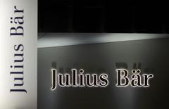 Le spécialiste de la banque privéé Julius Bär a annoncé lundi le lancement d'un programme de réduction de coûts d'environ 100 millions de francs suisses (95,85 millions d'euros) en réponse à la récente vigueur de la monnaie suisse, tout en faisant état d'un résultat annuel légèrement inférieur aux attentes. /Photo prise le 13 novembre 2014/REUTERS/Denis Balibouse