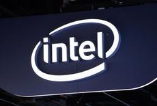 El logo de Intel es visto durante una exhibición en Las Vegas, Nevada. 6 de enero, 2015. Intel ha llegado a un acuerdo para comprar el fabricante alemán de chips Lantiq por una cifra no revelada con el objetivo de ampliar la gama de chips usados en dispositivos conectados a Internet, dijo la compañía el lunes. REUTERS/Rick Wilking