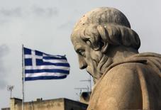 Статуя Платона на фоне Афинской академии 2 февраля 2015 года. Премьер-министр Греции Алексис Ципрас исключил вероятность того, что будет просить Россию о финансовой помощи, и сказал, что будет добиваться переговоров о новом долговом соглашении с европейскими партнерами. REUTERS/Yannis Behrakis
