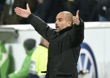 Técnico Guardiola gesticula durante derrota do Bayern para o Wolfsburg. 30/01/2015. REUTERS/Fabian Bimmer