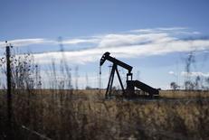 Станок-качалка близ Денвера, Колорадо 2 февраля 2015 года. Цены на нефть продолжают расти, прибавив свыше 11 процентов за два предыдущих дня, но опасения за спрос в Китае сдерживают рост. REUTERS/Rick Wilking