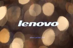 Логотип Lenovo на мониторе компьютера в Гонконге 27 мая 2010 года. Выручка Lenovo Group Ltd выросла на 31 процент до $14,1 миллиарда в третьем квартале финансового года, оказавшись лучше прогнозов аналитиков благодаря более чем удвоению продаж в мобильном подразделении после приобретения Motorola. REUTERS/Tyrone Siu