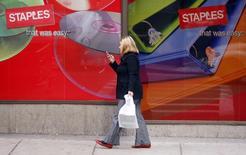 Selon le Wall Street Journal, qui cite des sources proches des discussions, Staples et Office Depot, deux géants américains des fournitures de bureau, sont en négociations avancées en vue d'aboutir à une fusion. /Photo d'archives/REUTERS/Brian Snyder