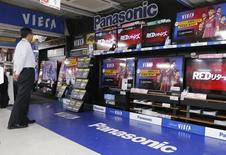 En dépit d'une légère baisse de son résultat d'exploitation trimestriel, le japonais Panasonic estime qu'il atteindra son objectif d'un résultat annuel 2014-2015 en hausse de 15%. /Photo d'archives/REUTERS/Toru Hanai