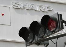 Le japonais Sharp annonce qu'il subira sur l'exercice fiscal en cours sa troisième perte annuelle en quatre ans. La concurrence féroce sur les prix pèse sur son chiffre d'affaires dans les équipements pour smartphones. /Photo d'archives/REUTERS/Kim Kyung-Hoon