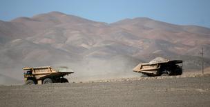 Camiones avanzan por un camino en la mina de cobre La Escondida cerca de Antofagasta, al norte de Santiago. 31 de marzo, 2008. Escondida en Chile, la mina de cobre más grande del mundo, inició un plan de retiro voluntario para sus trabajadores como parte de su programa para mejorar la productividad y reducir costos. REUTERS/Ivan Alvarado