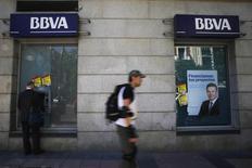 En la imagen, un hombre utiliza un cajero de BBVA en Madrid, el 30 de abril de 2014. El segundo mayor banco de España, BBVA, reportó el miércoles una ganancia de 689 millones de euros (790,5 millones de dólares) en el cuarto trimestre, superando las previsiones, después de anotar una pérdida en el mismo período del año previo. REUTERS/Susana Vera