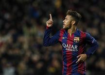 Neymar celebrando gol contra o Paris St Germain, no estádio Camp Nou. December 10, 2014.  REUTERS/Albert Gea