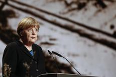 Канцлер Германии Ангела Меркель выступает на мероприятии по случаю 70-й годовщины освобождения Освенцима. Берлин, 26 января 2015 года. Несмотря на очевидное усугубление конфликта между украинскими правительственными силами и пророссийскими сепаратистами на востоке, переговоры о прекращении огня необходимо продолжать, сказала в среду канцлер Германии Ангела Меркель. REUTERS/Hannibal Hanschke