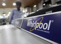 Whirlpool a annoncé mercredi une baisse de son bénéfice trimestriel liée aux coûts de ses récentes acquisitions, mais en dehors de ces éléments exceptionnels le résultat dépasse les attentes du marché. Le numéro un mondial de l'électroménager a réitéré ses prévisions de bénéfices pour 2015 et a dit attendre de solides ventes en Amérique du Nord. /Photo d'archives/REUTERS/Anindito Mukherjee