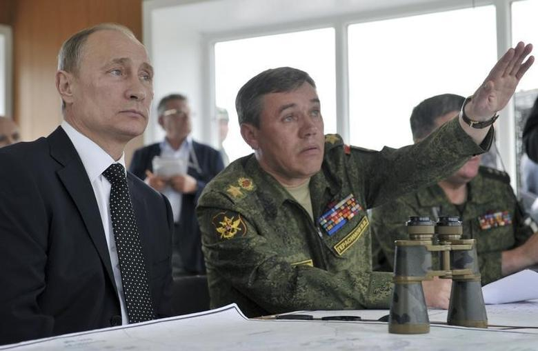 Russian President Vladimir Putin (L) and Chief of Staff Valery Gerasimov watch military exercises in Russia's Zabaykalsky region July 17, 2013. REUTERS/Aleksey Nikolskyi/RIA Novosti/Kremlin