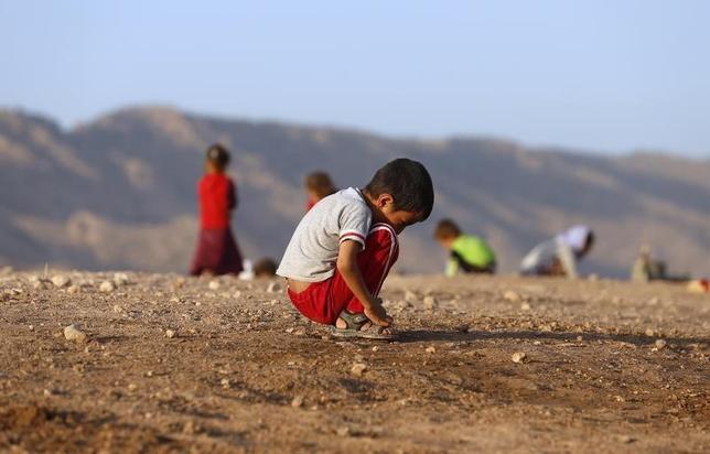 2月4日、国連の「子どもの権利委員会」は、過激派「イスラム国」が、イラクで誘拐した子供を性奴隷として人身売買しているほか、生き埋めにするなどして殺害していると報告。写真は少数派ヤジディ教徒の子供。イラクのドホークにある難民キャンプで昨年8月撮影(2015年 ロイター/Youssef Boudlal)