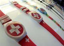 """Часы Swatch в магазине на вокзале в Цюрихе. 4 февраля 2013 года. Швейцарский производитель часов Swatch Group """"достаточно силен"""" для того, чтобы выдержать укрепление национальной валюты и падение чистой прибыли по итогам прошлого года, сообщила компания в четверг. REUTERS/Arnd Wiegmann"""
