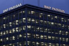 Офис BNP Paribas в Женеве. 26 ноября 2014 года. Чистая прибыль BNP Paribas, крупнейшего французского банка, выросла в четвертом квартале 2014 года до 1,3 миллиарда евро со 110 миллионов евро годом ранее. REUTERS/Denis Balibouse