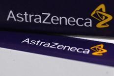 Логотип AstraZeneca на упаковках лекарств в аптеке в Лондоне. 28 апреля 2014 года. AstraZeneca договорилась с Actavis о покупке ее подразделения респираторных заболеваний в США и Канаде, оценив первоначальный платеж в $600 миллионов, по мере того, как компания ищет способы расширения бизнеса для обеспечения роста. REUTERS/Stefan Wermuth
