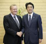 John Coates (esquerda), vice-presidente do Comitê Olímpico Internacional e Shinzo Abe, primeiro-ministro japonês, durante encontro em Tóquio. 26/07/2015 REUTERS/Kimimasa Mayama/Pool