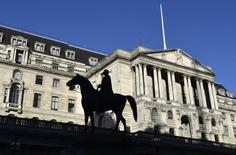 El Banco de Inglaterra en Londres, dic 16 2014. El Banco de Inglaterra mantuvo el jueves las tasas de interés sin cambios en el mínimo histórico del 0,5 por ciento, por lo que los inversores tendrán que esperar una semana más para tener una idea de cuándo podrían comenzar a subir los costos del crédito. REUTERS/Toby Melville