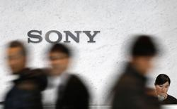 Visitantes passam em frente ao logotipo da Sony na sede da empresa em Tóquio. 04/02/2015 REUTERS/Yuya Shino