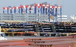 Contenedores de carga listos para ser utilizados en el puerto de Long Beach, EEUU, oct 27 2014. El déficit comercial de Estados Unidos aumentó con fuerza en diciembre y alcanzó su mayor nivel desde 2012 debido a que un dólar fortalecido pareció atraer importaciones y pesar sobre las exportaciones, lo que podría hacer que la estimación de crecimiento del cuarto trimestre sea revisada a la baja.  REUTERS/Bob Riha Jr.
