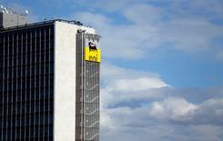 Штаб-квартира Eni в Риме. 8 февраля 2013 года. Итальянская нефтегазовая компания Eni обсуждает с банком Goldman Sachs выделение газового и электроэнергетического подразделения, сообщили два источника, знакомых с ситуацией. REUTERS/Alessandro Bianchi