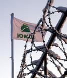 Флаг Юкоса в Нефтеюганске 17 декабря 2004 года. Россия оспорила в окружном суде Гааги решение Международного арбитражного суда в Нидерландах, который в июле 2014 года обязал ее выплатить более $50 миллиардов компенсации акционерам обанкроченного Юкоса. REUTERS/Sergei Karpukhin