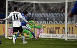 Tranquillo Barnetta (centro), do Schalke 04, marca contra o Borussia Moenchengladbach durante jogo pelo Campeonato Alemão, em Gelsenkirchen, na Alemanha, nesta sexta-feira. 06/02/2015 REUTERS/Ina Fassbender