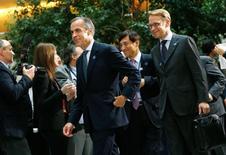 El gobernador del Banco de Inglaterra, Mark Carney (izquierda), y el presidente del Bundesbank, Jens Weidmann (derecha), caminan para posar en una foto en una reunión realizada en Washington. 10 de octubre de 2014.  REUTERS/Jonathan Ernst . Los ministros de Finanzas y banqueros centrales enfrentan una tarea difícil para coordinar las medidas que estimulen el crecimiento mundial en las reuniones del G-20 de la próxima semana, ya que las principales economías van a diferentes velocidades y tienen políticas monetarias divergentes.