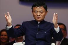 Jack Ma, président et fondateur d'Alibaba. Ant Financial Services Group, filiale du géant chinois du commerce en ligne, est valorisée à 30 milliards de dollars (plus de 26 milliards d'euros) dans le cadre de négociations sur des prises de participations de 5%, 3% et 3%, respectivement par la Caisse publique de sécurité sociale chinoise, la banque postale Postal Savings Bank of China et CDB Capital, filiale investissement de la Banque de Développement de Chine. /Photo prise le 23 janvier 2015/REUTERS/Ruben Sprich