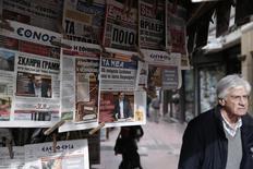 Kiosque à journaux à Athènes. S'exprimant devant le parlement dimanche pour un discours très attendu, le Premier ministre grec, Alexis Tsipras, a annoncé que la Grèce n'accepterait pas une prolongation du programme d'aide financière dont elle bénéficie, laissant craindre des tensions lors du sommet prévu jeudi avec les dirigeants de l'Union européenne qui soutiennent cette solution. /Photo prise le 9 février 2015/REUTERS/Alkis Konstantinidis