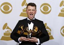 Sam Smith posa com os quatro prêmios Grammy recebidos em Los Angeles. 08/02/2015  REUTERS/Mike Blake