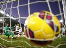 """Мяч в воротах """"Манчестер Юнайтед"""" после удара игрока """"Вест Хэма"""" Шейху Куяте в матче чемпионата Англии в Лондоне. 8 февраля 2015 года. REUTERS/Eddie Keogh"""