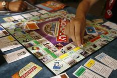 """Игроки в """"Монополию"""" пытаются установить мировой рекорд по числу играющих одновременно. Мадрид, 27 августа 2008 года. Второй по величине американский производитель игрушек Hasbro Inc сообщил в понедельник о росте квартальной прибыли на 31 процент, однако выручка оказалась ниже прогнозов из-за укрепления доллара и сокращения продаж настольных игр и игрушек для девочек. REUTERS/Paul Hanna"""