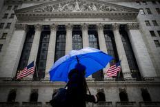 Wall Street a débuté lundi sur une note négative sous le coup des chiffres décevants du commerce extérieur chinois et des tensions de plus en plus vives autour de la dette grecque. Le Jones cède 0,32% dans les premiers échange, le Standard & Poor's 500, plus large, recule de 0,15% et le Nasdaq Composite de 0,13%. /Photo prise le 2 février 2015/REUTERS/Brendan McDermid