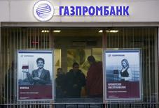 Отделение Газпромбанка в Москве. 23 января 2015 года. Третий по величине банк РФ Газпромбанк в 20 раз увеличит количество обыкновенных акций путем их дробления, следует из сообщения банка. REUTERS/Maxim Zmeyev