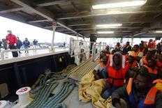 Imigrantes a bordo do navio de uma ONG chegam ao porto italiano de Pozzallo, na Sicília, em outubro do ano passado. 05/10/2014 REUTERS/MOAS/Darrin Zammit Lupi/Divulgação