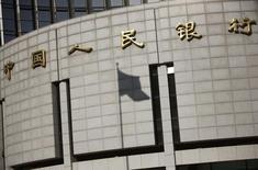 Sombra da bandeira chinesa no banco central da China, em Pequim. 24/11/1014 REUTERS/Kim Kyung-Hoon