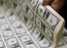 Notas de 1 dólar sendo inspecionadas em Washington. 14/11/2014 REUTERS/Gary Cameron