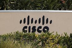 Логотип Cisco у офиса компании в Сан-Диего, Калифорния 12 ноября 2012 года. Квартальные прибыль и выручка производителя сетевого оборудования Cisco Systems Inc оказались лучше ожиданий благодаря спросу на коммутаторы и роутеры, компенсировавшему невысокие траты телекоммуникационных клиентов. REUTERS/Mike Blake