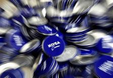 Баночки для крема Nivea на заводе Beiersdorf AG в Гамбурге. 12 февраля 2015 года. Немецкая компания Beiersdorf, производитель кремов Nivea, ждет ускорения роста продаж в 2015 году до 3-5 процентов при незначительном улучшении рентабельности за счет подъема на развивающихся рынках. REUTERS/Fabian Bimmer