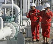 Рабочие Лукойла проверяют трубы на газовом месторождении Хаузак в Узбекистане. 29 ноября 2007 года. Крупнейший в РФ частный нефтедобытчик Лукойл подписал с южнокорейской Hyundai Engineering соглашение о строительстве газоперерабатывающего завода (ГПЗ) в Узбекистане мощностью 8,1 миллиарда кубометров в год, следует из сообщения Лукойла. REUTERS/Sergei Karpukhin