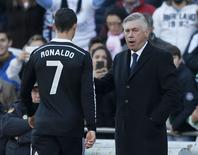 Técnico do Real Madrid, Carlo Ancelotti, e Cristiano Ronaldo em partida do time. 24/01/2015 REUTERS/Marcelo del Pozo