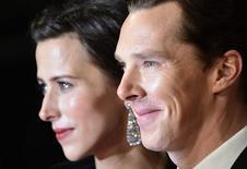 """En la imagen de archivo, el actor Benedict Cumberbatch y su entonces novia Sophie Hunter llegan a la entrega de los premios Bafta de la academia británica de cine en Londres. 8 de febrero de 2015. Cumberbatch y la directora de teatro Sophie Hunter se casaron en la Isla de Wight en el Día de San Valentín, dijo el domingo la publicista del artista, también estrella de """"Sherlock"""".REUTERS/Toby Melville"""