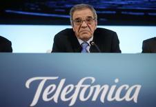 El presidente de Telefónica, César Alierta, durante una rueda de prensa en Madrid el 27 de febrero de 2014. La española Telefónica dijo el lunes que su ganancia neta del 2014 se verá reducida en 399 millones de euros por el impacto de la modificación del mecanismo cambiario en Venezuela. REUTERS/Andrea Comas