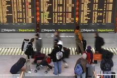 Le titre Aéroports de Paris figure au rang des valeurs à suivre ce mardi à la Bourse de Paris, au lendemain de l'annonce par l'opérateur aéroportuaire d'une hausse de 2,1% de son trafic en janvier avec un total de 6,7 millions de passagers accueillis. /Photo d'archives/REUTERS/Benoît Tessier