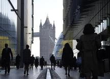 Pessoas se dirigem ao trabalho durante hora do rush pela manhã no centro de Londres. 16/04/2014 REUTERS/Toby Melville