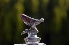 Rolls-Royce Motor Cars a décidé de concevoir un 4x4 (SUV), après avoir consulté sa clientèle, tentant une percée dans un segment où les concurrents Bentley et Jaguar ont déjà annoncé leurs propres projets en la matière. /Phoot d'archives/REUTERS/Dinuka Liyanawatte